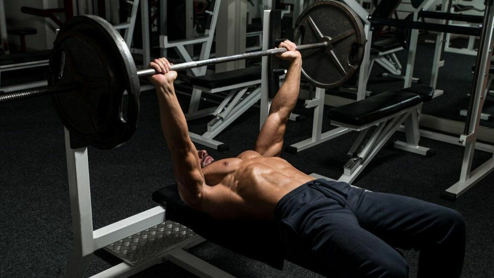 How to correctly perform a classic bench press on a horizontal bench